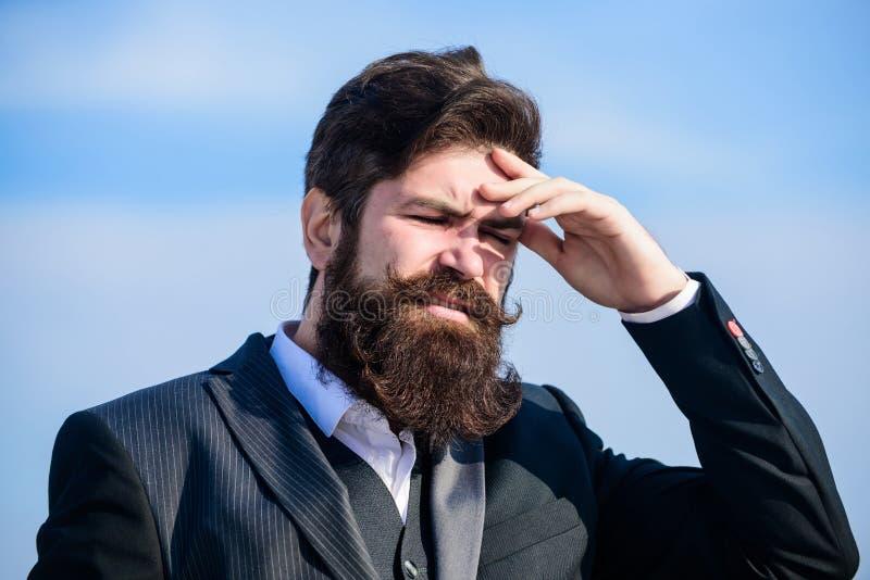 Гай страдает день головной боли напряженный Напряженное дело Боль и мигрень Фрустрация и разочарование Непростительный стоковое изображение