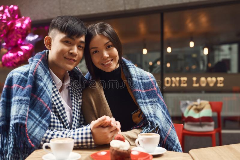 Гай с девушкой в кафе на таблице стоковые фотографии rf