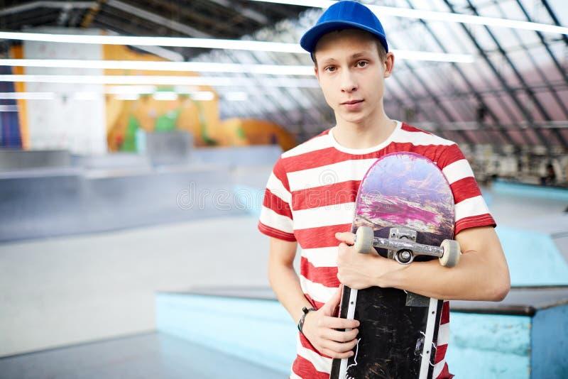 Гай с скейтбордом стоковая фотография rf