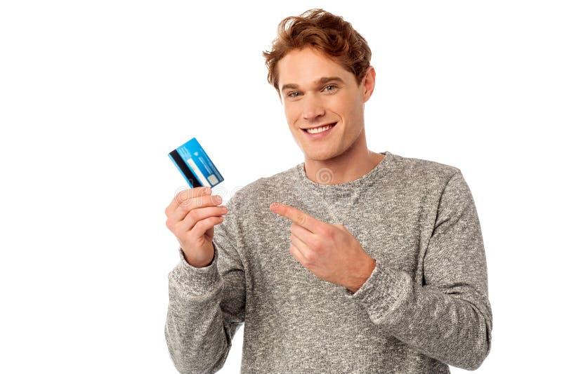 Гай указывая на его кредитную карточку стоковые фотографии rf