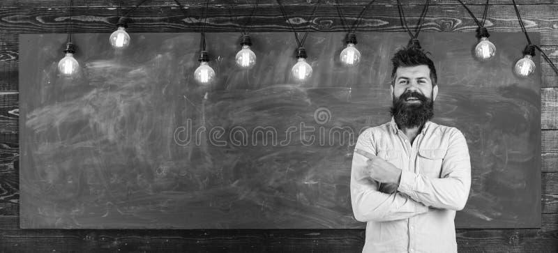 Гай указывая с пальцем на доску Домашняя концепция задачи Бородатый битник в рубашке, доске на космосе экземпляра предпосылки чел стоковое изображение