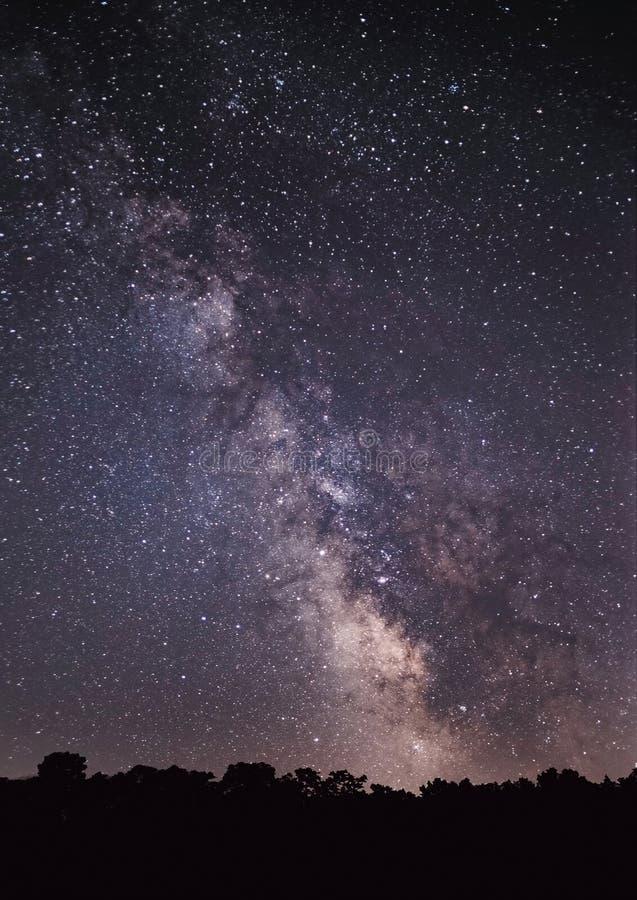 Галактика млечного пути в ночном небе заполненном звездой стоковые фото