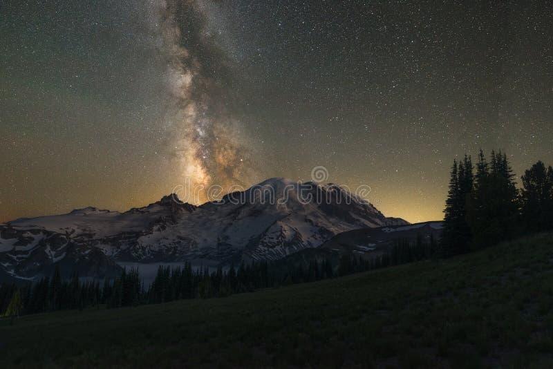 Галактика млечного пути за Mount Rainier стоковая фотография rf