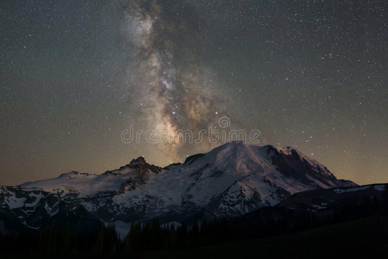 Галактика млечного пути за Mount Rainier стоковое изображение rf