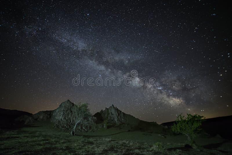 Галактика млечного пути поднимая над скалистым ландшафтом стоковое фото rf