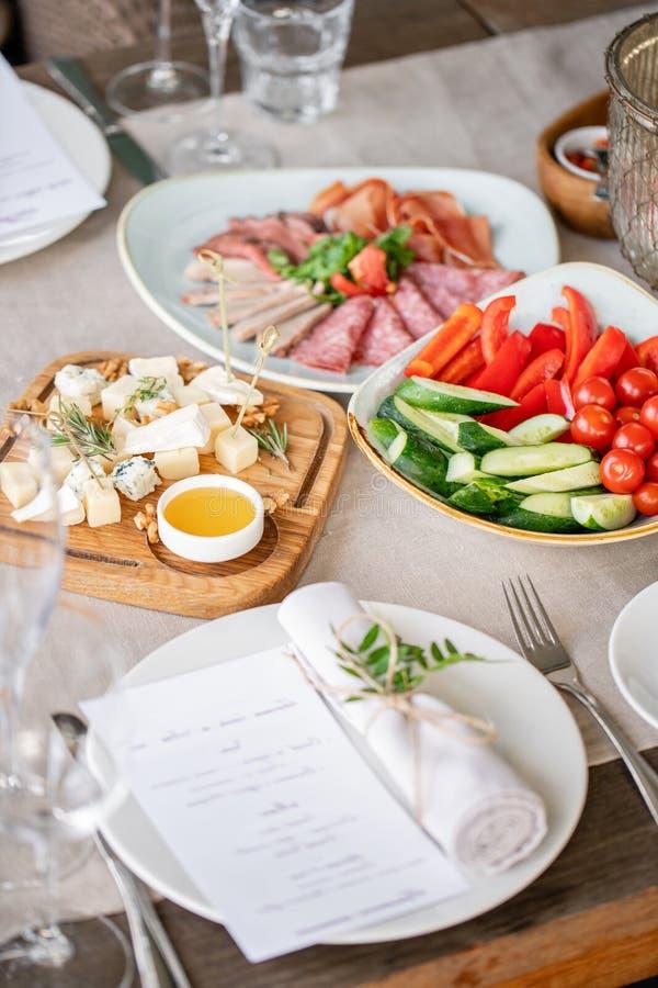 Гала-ужин, служа таблица для дня рождения или свадьба Различные еды для гостей на банкете очень вкусные блюда на стоковые изображения