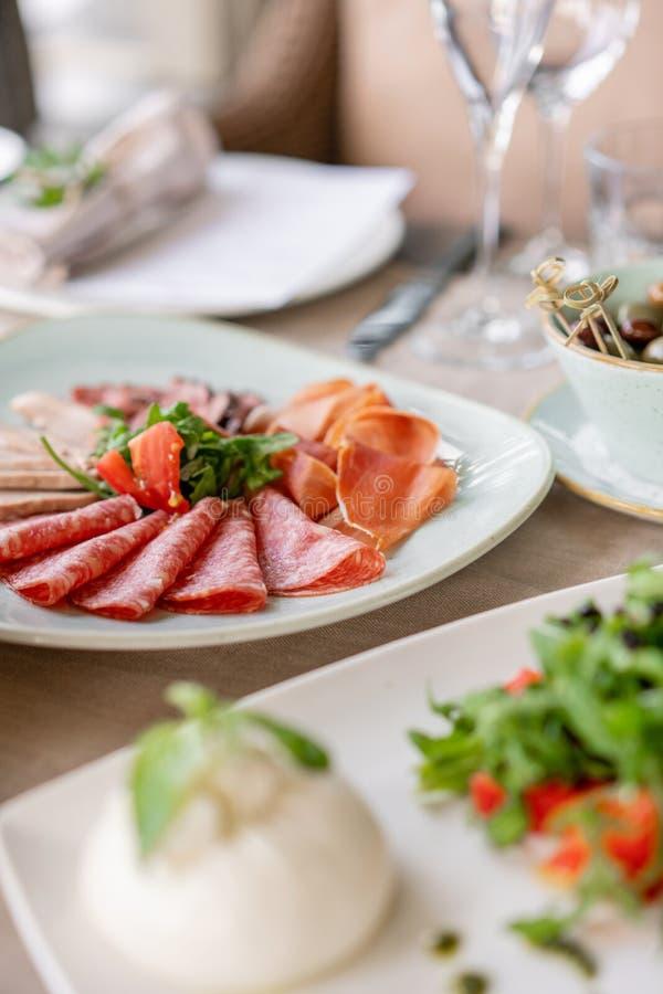 Гала-ужин, служа таблица для дня рождения или свадьба Различные еды для гостей на банкете очень вкусные блюда на стоковое фото rf