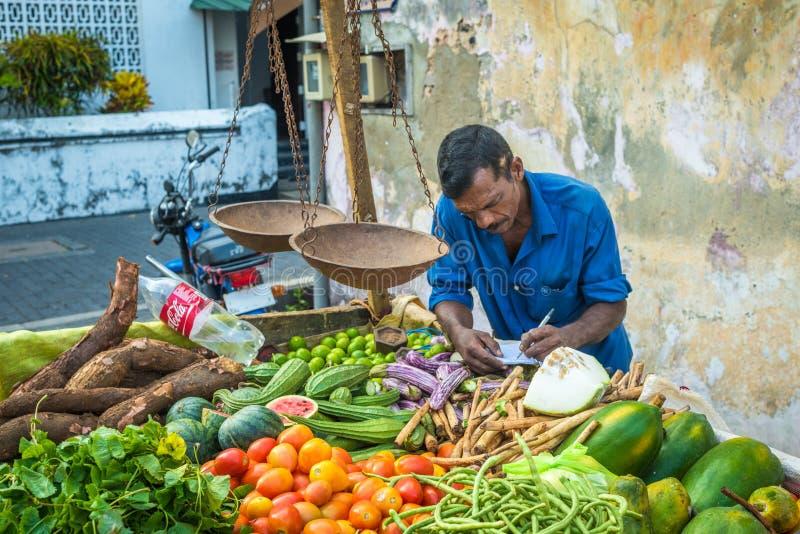 ГАЛЛЕ, ШРИ-ЛАНКА - 14-ое февраля 2016: Уличный торговец с vegeta стоковые изображения rf