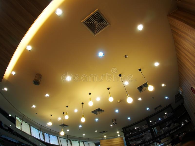 Галоид и потолочные лампы шариков СИД освещая с мягким теплым цветом тонизируют стоковое фото rf