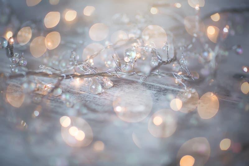 Галоид рождества освещает на белой деревянной предпосылке стоковое изображение