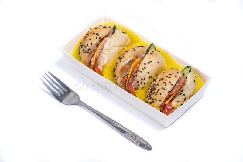 Гамбургеры в коробке на белой предпосылке стоковое изображение rf