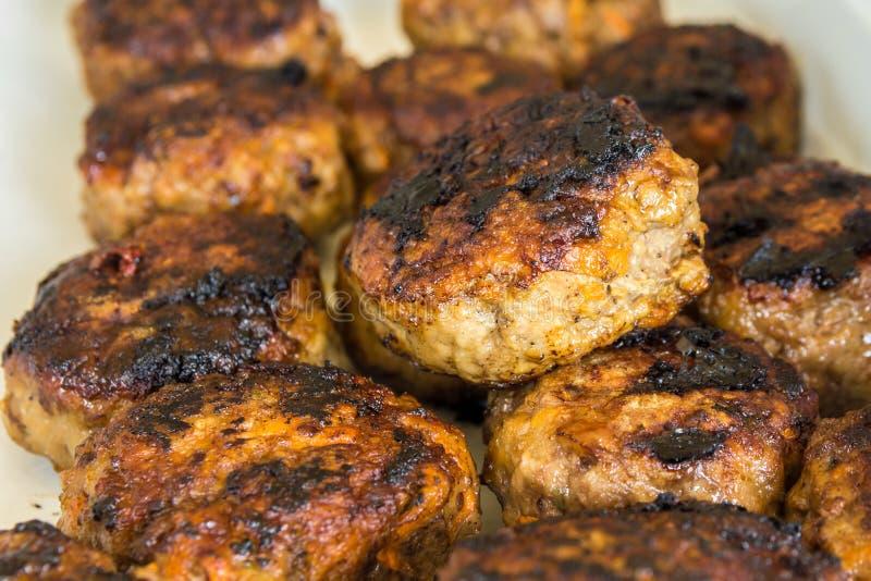 Гамбургеры говядины красного мяса свежие от BBQ стоковая фотография rf