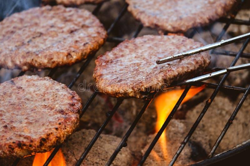 Гамбургеры на барбекю стоковое изображение