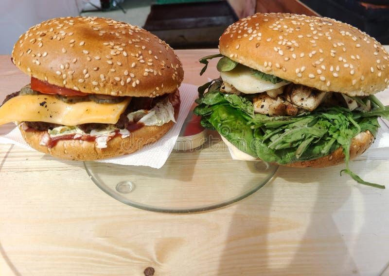 Гамбургеры с мясом и овощами стоковое фото rf