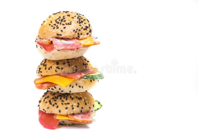 Гамбургеры с овощами и беконом на белой предпосылке стоковые фотографии rf
