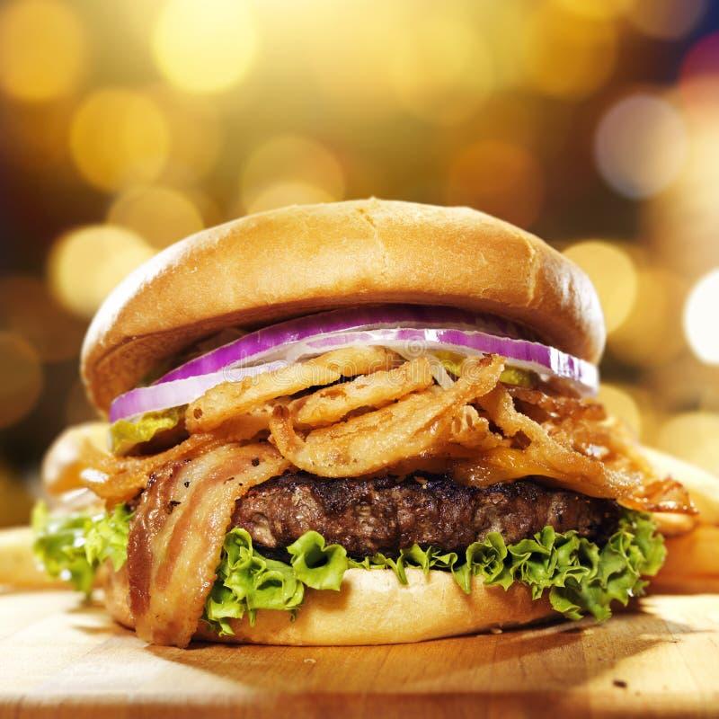Гамбургер бекона лакомки стоковое изображение