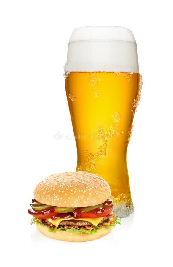 Гамбургер и стекло пива стоковое фото