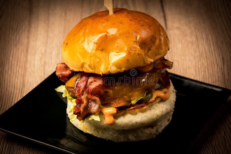 Гамбургер с беконом стоковые фото