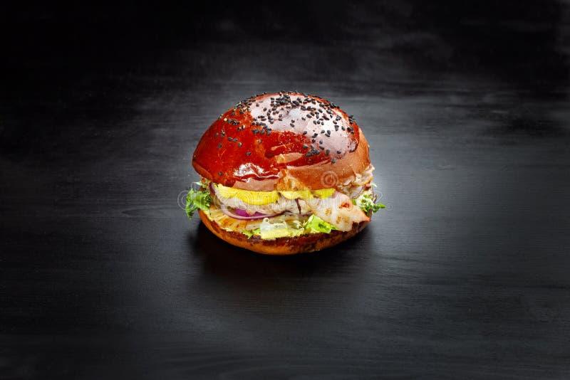Гамбургер с сыром, стейком, кольцами лука, салатом, ананасом и беконом стоковое изображение rf