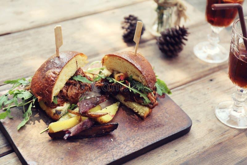 Гамбургер с fries и салатом стоковое изображение rf