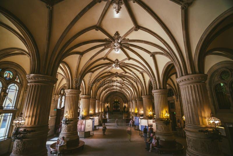 ГАМБУРГ, ГЕРМАНИЯ - 20-ое апреля 2018: Крытый взгляд красивого известного здания ратуши Rathaus ориентир ориентира Германия hambu стоковые фотографии rf