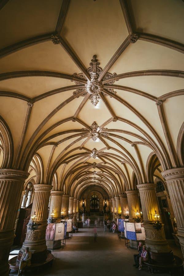 ГАМБУРГ, ГЕРМАНИЯ - 20-ое апреля 2018: Крытый взгляд красивого известного здания ратуши Rathaus ориентир ориентира Германия hambu стоковые изображения