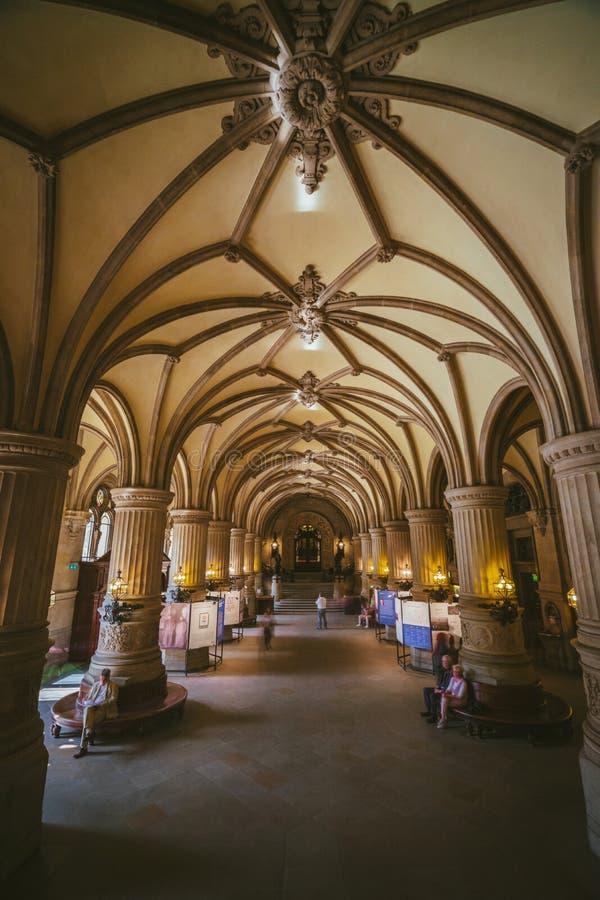 ГАМБУРГ, ГЕРМАНИЯ - 20-ое апреля 2018: Крытый взгляд красивого известного здания ратуши Rathaus ориентир ориентира Германия hambu стоковая фотография