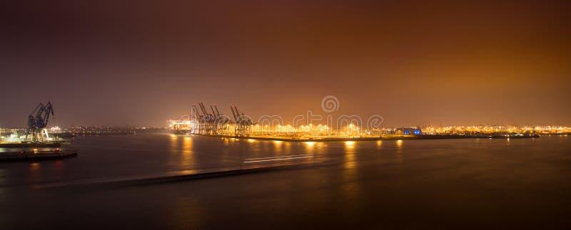 Гамбург, Германия 5-ое апреля 2019: Панорама ночи порта в Гамбурге Контейнерный терминал Burchardkai стоковые фотографии rf