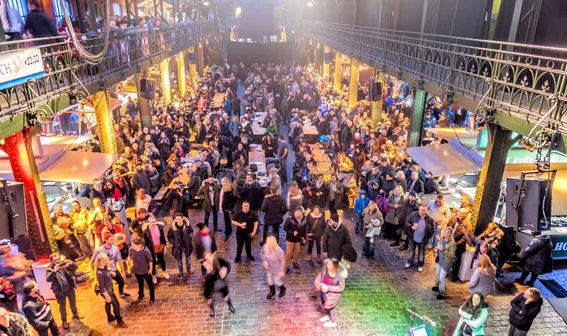 Гамбург, Германия, 10-ое декабря 2017: Празднуя и танцуя pe стоковые изображения rf