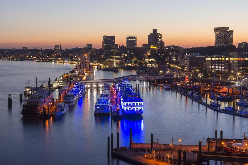 Гамбург, Германия - 18-ое июня 2017: Гавань Гамбурга на вечере лета стоковое изображение rf