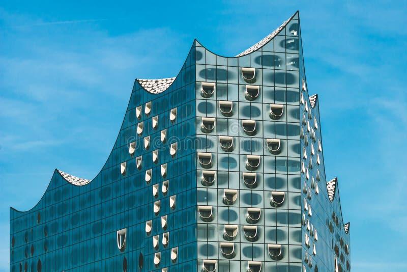 Гамбург, Германия - 28-ое мая 2017: Верхняя форма Elbphilharmonie с белыми окнами и некоторыми белыми облаками в небе, Гамбурге стоковое изображение