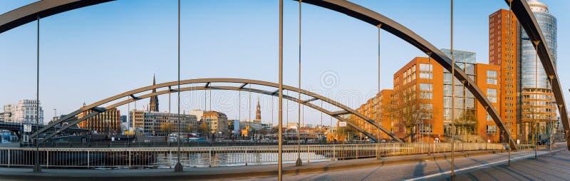 Гамбург, Германия - 17-ое мая 2018: Панорамный взгляд моста Niederbaumbrucke в HafenCity, Speicherstadt, Гамбурге стоковое фото rf