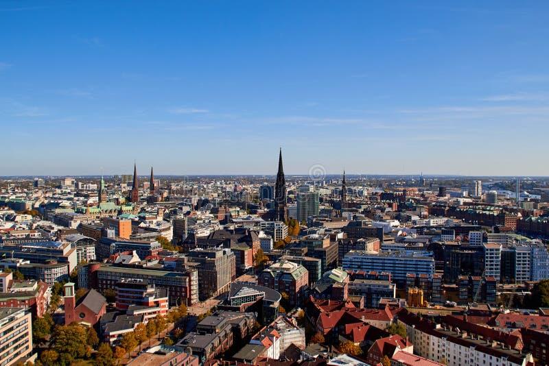 Гамбург, Германия - 5-ое октября 2018: Улицы города Германии Панорамный вид города Гамбурга от высоты Фото Гамбурга стоковое изображение
