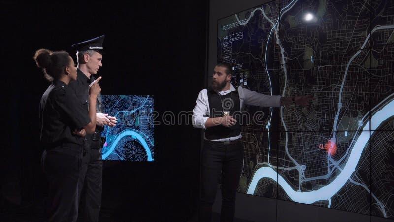 Гангстер гоньбы безопасностью на электронной карте стоковые фото
