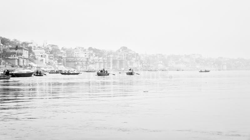 Ганг через туман в Benares - Варанаси стоковые изображения