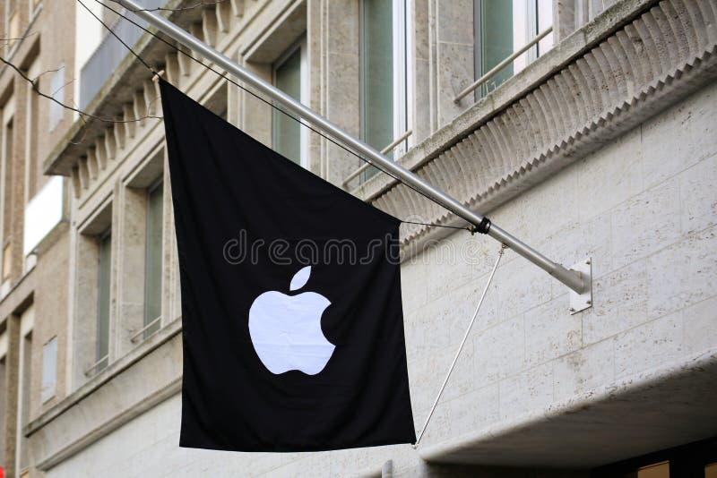 11/13/2017 - Ганновер/Германия - изображение логотипа яблока - магазин стоковые фото