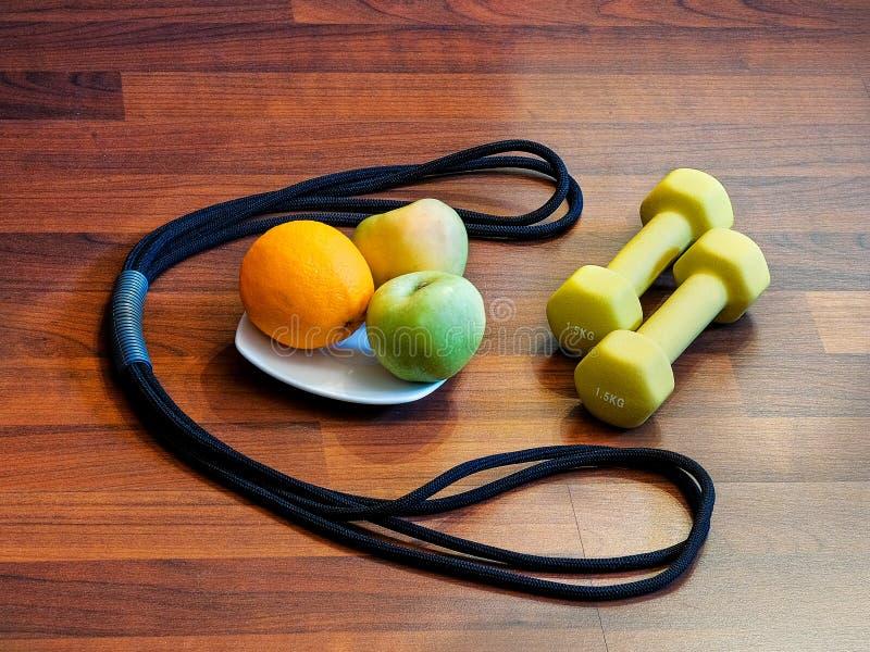 Гантели, вес, сжатие, протягивая, мышцы, бицепс, трицепс, Яблоко, плодоовощ, витамины, питание, еда, диета, спорт, фитнес, hea стоковое изображение rf