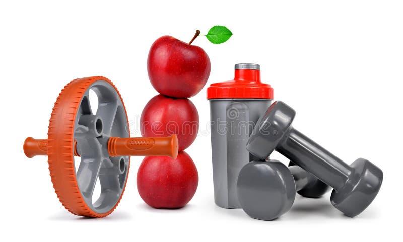 Гантели, яблоки и шейкер протеина изолированный на белой предпосылке стоковое изображение