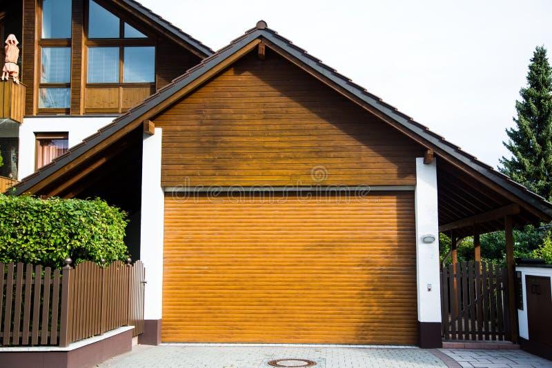 Гараж с деревянным стробом, коричневой деревянной дверью, электрически работает стоковая фотография rf