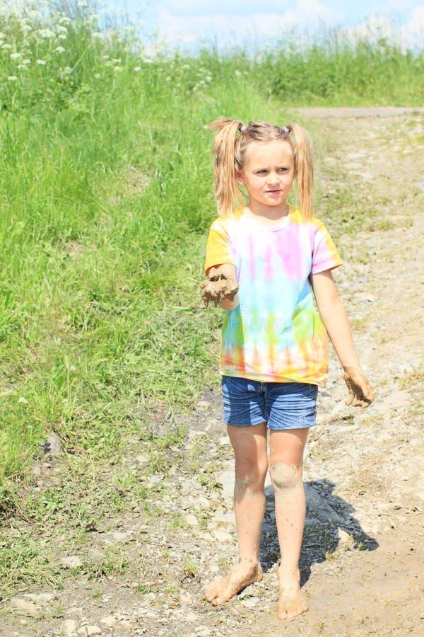 Гадкая девушка держа грязь стоковая фотография