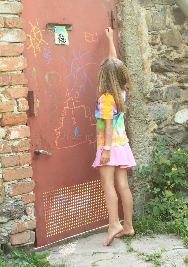 Гадкое сочинительство девушки на двери стоковые фотографии rf