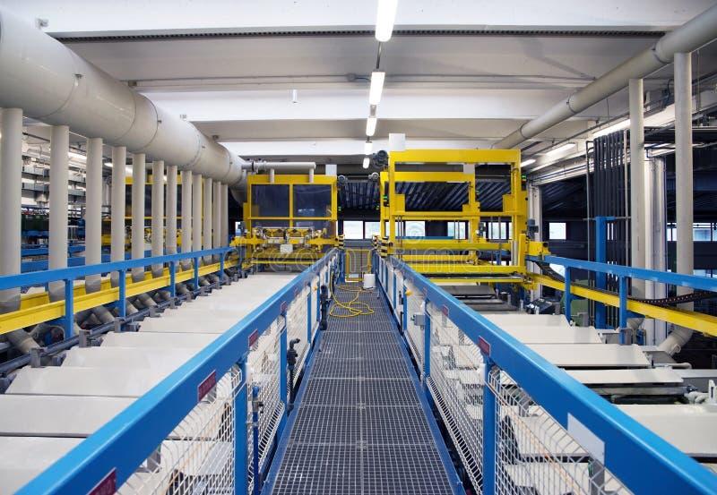 Гальванизирование в фабрике электрических соединителей стоковые фотографии rf