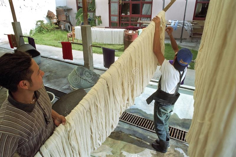 Гватемальская работа молодых человеков в фабрике ткани стоковое изображение