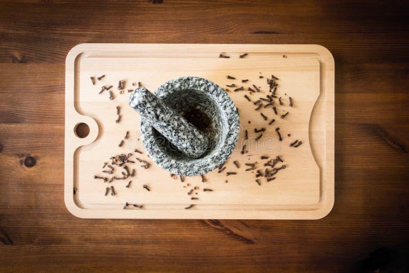 Гвоздика с пестиком и минометом стоковое изображение