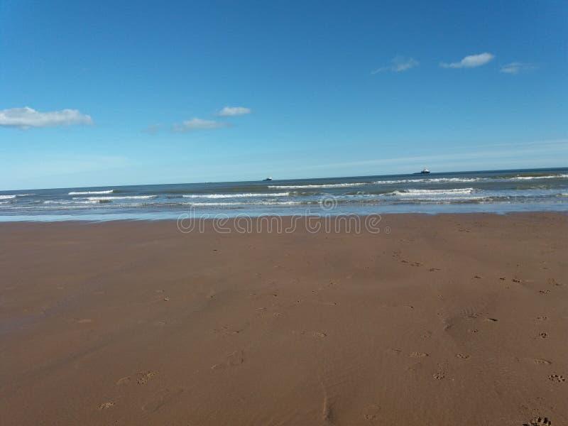 Где песок встречает море стоковые изображения rf
