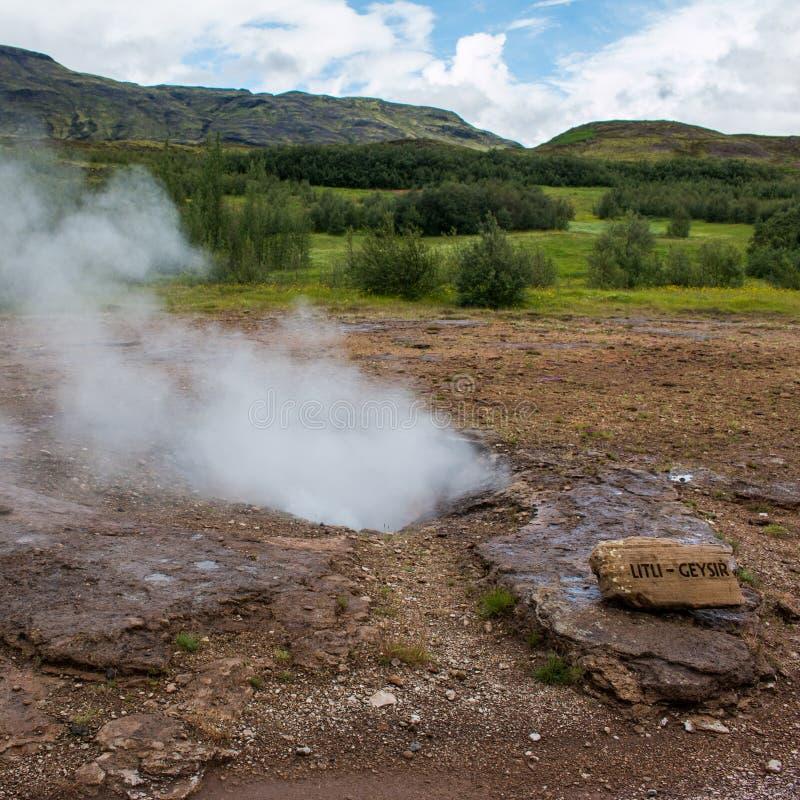 гейзер в Исландии, в круге золота стоковое изображение