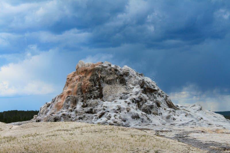 Гейзер замка в верхнем тазе гейзера национального парка Йеллоустон, Вайоминга, Соединенных Штатов стоковое изображение rf