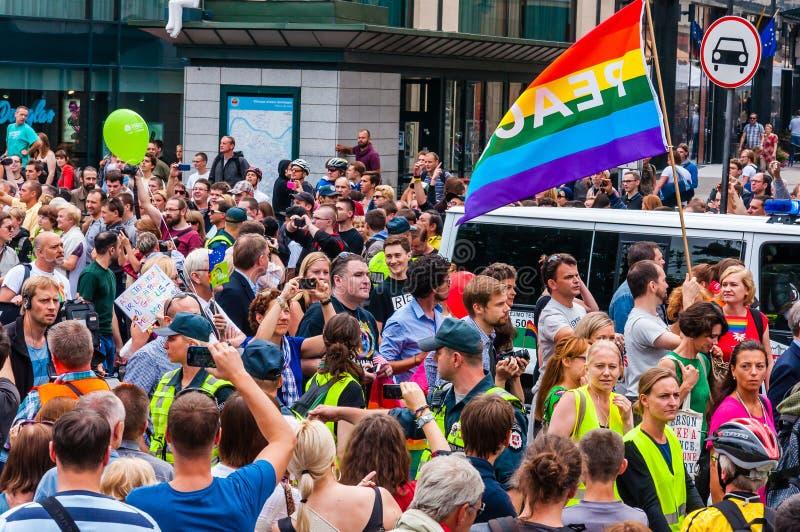Гей-парад в действии Толпа наблюдателей и демонстрантов с флагами радуги Праздновать лесбосский, гей события, бисексуальный, стоковые изображения