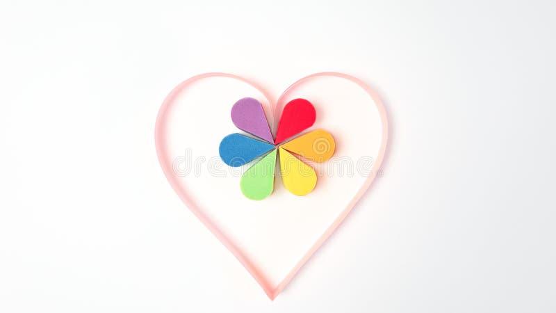Гей-парад, гомосексуалист, день Валентайн и концепция lgbt - розовое бумажное сердце и красочные губки косметик макияжа в цвете р стоковое фото rf