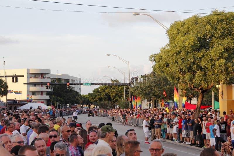 Гей-парад людей ждать стоковая фотография rf